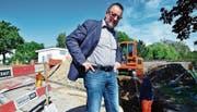 Stadtrat Konrad Brühwiler konnte grünes Licht für den Bau geben. Verlegt werden zunächst die Werkanschlussleitungen. (Bild: Max Eichenberger)