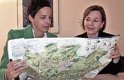 Susanne Hartmann und Manuela Schöb sind vom zweiten Regio-Wil-Booklet, der Genusskarte, vollends überzeugt. (Bilder: Andrea Häusler)
