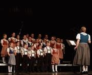 Der Kinderchor Gsängli war erst auf der Leinwand und dann auch noch live auf der Bühne zu sehen. (Bilder: Patrik Kobler)