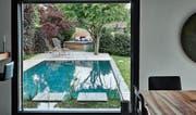 Der Traum vom eigenen Schwimmbad im Garten wird wieder häufiger realisiert. Die Experten raten: innen und aussen als Einheit denken. (Bild: PD)