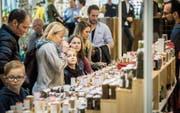Besucher der Schlaraffia probieren, schmecken und riechen an den zahlreichen Produkten, die präsentiert werden. (Bild: Reto Martin)