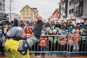 Beim gemeinsamen Aufwärmen bereiten sich die jungen Läuferinnen und Läufer auf ihren Start vor. (Bild: Urs Bucher)