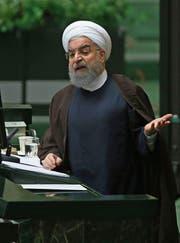 Hassan Rohani spricht in seiner Parlamentsrede deutliche Worte. (Bild: Vahid Salemi/AP (Teheran, 15. August 2017))