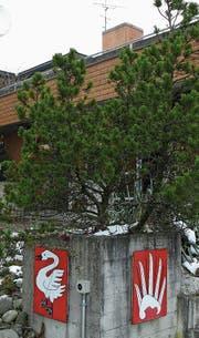 Die Primarschulgemeinde führt aktuell drei Schulanlagen: Lanzenneunforn, Herdern und Dettighofen. Beim Schulhaus Steinler in Herdern sind die Wappen von Dettighofen und Lanzenneunforn zu sehen. (Bilder: Donato Caspari, Reto Martin)