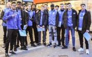 Die Fussballer des FC Weinfelden-Bürglen sammeln Unterschriften für ihren Mannschaftskollegen Yaya. (Bild: Isabella Gomez)