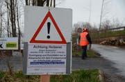 Ein Schild warnt vor den Holzerei-Arbeiten. (Bild: Corinne Hanselmann)