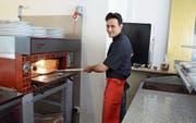 Mit Stefano Vigliarolo steht im «Little Italy» ein echter Italiener am Pizzaofen. (Bild: Karin Erni)