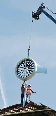 Die neue Windanlage wird am First befestigt. (Bild: Donato Caspari)