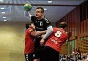 TVA-Spieler Lukas Gamrat kämpft sich durch die Abwehr des SV Fides. (Bild: Thomas Hutter)