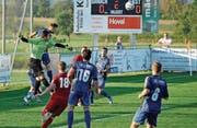 Der erstmals beim FC Sirnach in einem Meisterschaftsspiel im Fanionteam eingesetzte Torhüter Lionel Zefi (grünes Shirt) ersetzte den verletzten Gabriel Akin souverän. (Bild: Urs Nobel)