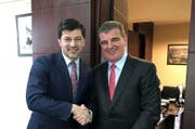 Stadler-Chef Peter Spuhler (rechts) mit dem Bürgermeister von Tiflis, Ex-AC-Milan-Profi Kachaber Kaladse. (Bild: pd)