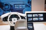 Der schwedische Autohersteller Volvo führt in Kalifornien ein Design Center, in dem untersucht wird, wie das Innere eines autonomen Fahrzeugs gestaltet werden soll. Zu sehen ist dieses Interieur in Genf. In einer Umfrage geben 57 Prozent der Besucher an, dass sie in einem solchen Auto gerne einen Film oder TV schauen würden. (Bild: Ralph Ribi)