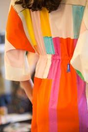 Kunstdruck auf edelster Schweizer Popeline: Am Kleid arbeiten nur Spezialisten. (Bild: pd)