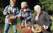 Vereinsmitglied Rolf Lüthi trifft unterwegs auf Marijke Frater-Schröder und Julia Vollenweider und nützt die Situation zum Bestaunen der gefundenen Exemplare. (Bilder: Fränzi Göggel)
