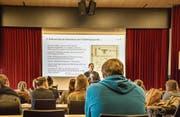 Studentinnen und Studenten der Pädagogischen Hochschule erfahren den historischen Kontext ihrer Rollen. (Bild: Jil Lohse)