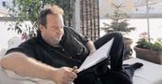 Florian Rexter vertieft sich auf dem Balkon seiner neuen Wohnung in ein Textbuch. (Bild: Rita Kohn)
