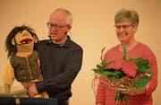 Bauchredner Stefan Schulze und Timi überreichen Theres Pfister einen Strauss für ihr 15-jähriges Arbeitsjubiläum bei der Spitex. (Bild: Andreas Taverner)