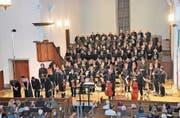 Die Aufführenden nehmen am Ende des Konzerts einen langen Beifall entgegen. (Bild: PD/Christof Lampart)