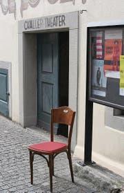 Das Chällertheater im Baronenhaus setzt mit roten Kissen aus Wiler Filz neue farbliche Akzente. (Bild: Ursula Ammann)