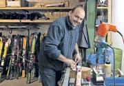 Sascha Edelmann, Lehrer an der Heilpädagogischen Schule in Flawil, kümmert sich im «Skikeller» um das Sportmaterial der Schule. (Bild: meg.)