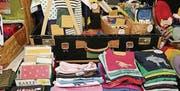 In der Konvikthalle gibt es zum Beispiel Kinder-Shirts zu kaufen. (Bild: pd)