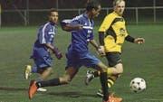 Kameradschaftlich und sportlich: Asylsuchende spielen gegen das Team Alte Zwei des FC Steinach. (Bild: Fritz Heinze)