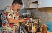 Trudy Strassmann bereitet in ihrer Küche in Mosnang jeweils in zwei Pfannen Sirup zu. (Bild: Adi Lippuner)