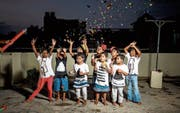 Die elfjährige Esther (ganz links) und andere Waisenkinder mit Verkleidung, Seifenblasen und Partyknallern auf der Dachterrasse des Anna Confidance Home in Bangalore. (Bild: PD)
