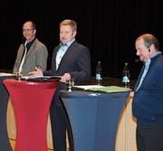Die Kandidaten Roland Fischer, Ruedi Herzig und Paul König stehen den Bürgerinnen und Bürgern Red und Antwort. (Bild: asz)