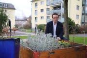 Vereinspräsident Andreas Pironato beim Muster-Hochbeet am Chellenweiherweg. (Bild: Sebastian Schneider)
