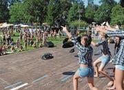 «Hände hoch»: Der Nachwuchs der turnenden Vereine Münchwilen führt einen Wildwest-Tanz auf. (Bild: Christoph Heer)