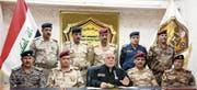 Iraks Premier Haider al-Abadi (Mitte erste Reihe) verkündet umgeben von seinen Generälen den Beginn der Offensive gegen den IS in Mossul. (Bild: EPA (Bagdad, 17. Oktober 2016))
