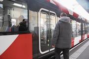 Ein Fahrgast steigt in Wil in die Frauenfeld-Wil-Bahn ein. Drinnen muss er trotz warmer Jacke nicht schwitzen; die Temperatur beträgt 21 Grad. (Bild: Tim Frei)