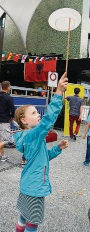 Jonglieren beim Mitmach-Zirkus.