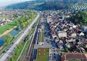 Ein «normaler» Feierabend in Rheineck. Links der stockende Verkehr auf der A1, rechts im Bild die Kolonen, die das «Städtli» beinahe lahmlegen. (Bild: Hardy Buob)