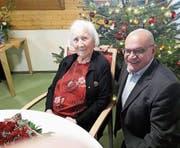 Die Jubilarin Rosa Leumann-Zimmermann und Gemeindepräsident Rolf Züllig an der kleinen Feier. (Bild: PD)