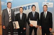 Bernd Huchler überreicht Tobias Weber den SFS-Group-AG-Förderpreis, und Michael Fuchs erhält den Förderpreis der Stadt Buchs von Daniel Gut (von links). (Bild: Reto Neurauter)