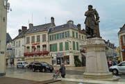Eine Statue von Alexandre Dumas steht im Zentrum von Villers-Cotterêts. (Bild: Stefan Brändle (Villers-Cotterêts, 30. April 2017))