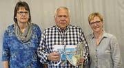 Elisabeth Thurnherr (neue Veteranen-Obfrau), Andy Kaufmann (ehemaliger Obmann), Corinne Bänziger (Präsidentin Musikverein). (Bild: pd)