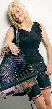 Die Volksmusikerin Melissa Naschenweng aus Österreich spielt an der Snow-Party. (Bild: PD)