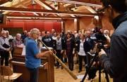 Dirigent Pascal Miller (blaues T-Shirt) bei der vorletzten Probe mit seinen Aach-Sängern und der mitwirkenden Güttinger Jodelgruppe Klancanto. Dabei werden sie vom Amriswiler Kulturbeauftragten Andreas Müller für dessen Videoblog gefilmt. (Bild: Manuel Nagel)