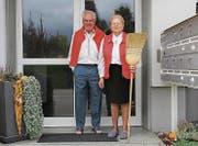 Das Hauswartpaar mit 52 Jahren Ehe schaufelt und fegt seit 1966 den Hauseingang frei. (Bild: Franca Hess)