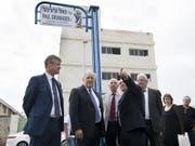 Jean-Daniel Ruch, Schweizer Botschafter in Israel (links), und Bundesrat Johann Schneider-Ammann bei der Einweihung der Paul Grüninger Strasse. (Bild: ANTHONY ANEX (KEYSTONE))