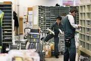 Postangestellte sortieren die Post, damit sie danach zugestellt werden kann. (Bild: Christian Beutler/Keystone (Sursee, 21. März 2017))