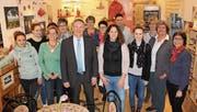 Vom Stadtschreiber zum Stadtpräsidenten: Thomas Niederberger stösst mit seinen engsten Mitarbeitenden im «La Bottega» an. (Bild: PD/Stadt Kreuzlingen)