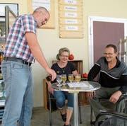 Beim Haus Watt lädt Heimleiter Jakob Egli (links) zur Rast mit Getränken ein, die in Selbstbedienung aus dem Kühlschrank bezogen werden können. (Bild: Peter Eggenberger)