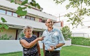 Die Präsidentin des Verwaltungsrates der Genossenschaft Alterszentrum, Heidi Güttinger, und der Geschäftsführer des Alterszentrums, Markus Preising, vor der Alterssiedlung, die seit 50 Jahren besteht. (Bild: Donato Caspari)
