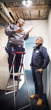 Lehrling Farhad Ali und sein Chef Stefan Habersaat, Geschäftsführer und Inhaber der Habersaat AG in Frauenfeld. (Bilder: Andrea Stalder)