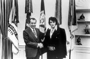 War Elvis Presley für die US-Regierung tätig? Im Dezember 1970 hat er zumindest einmal die Hand von US-Präsident Richard Nixon geschüttelt. (Bild: Keystone)