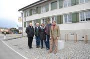 Carolin Krumm (Mitte) und Moritz Flury-Rova (rechts) stellten ihre Arbeit den lokalen Behördenvertretern Michael Berger, Peter Kindler und Hansueli Dütschler vor. (Bild: Corinne Hanselmann)